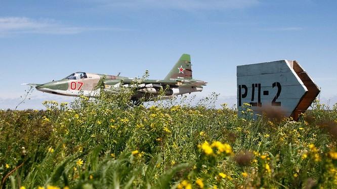 Máy bay cường kích chiến trường Su-25 chuẩn bị cất cách trên sân bay Hmeimim. Ảnh minh họa Masdar News