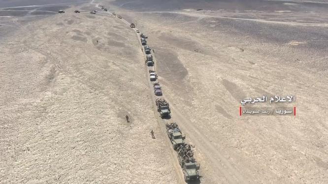 Quân đội Syria, lực lượng SSNP, NDF hành quân trên sa mạc Sweida. Ảnh minh họa video truyền thông quân đội Syria