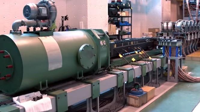 Video của cơ quan Mua sắm, Nghiên cứu công nghệ và Hậu cần kỹ thuật Nhật Bản giới thiệu nguyên mẫu pháo railgun điện từ. Ảnh video ATLA