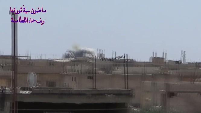 Trực thăng chiến đấu sư đoàn Tiger bắn phá ác liệt chiến tuyến của Hồi giáo cực đoan ở Hama. Ảnh video lực lượng đối lập Syria.