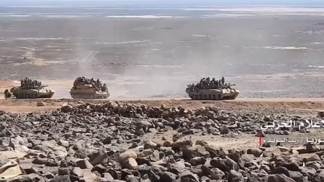 Đoàn tăng thiết giáp quân đội Syria trên chiến trường hoang mạc Sweida. Ảnh minh họa Muraselon