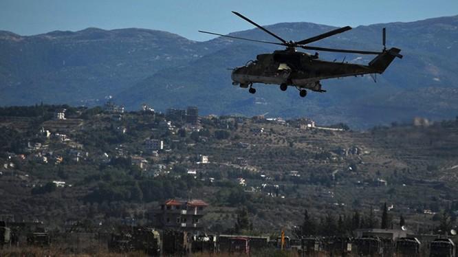 Trực thăng tấn công Nga tuần tra bảo vệ căn cứ sân bay Hmeimim. Ảnh minh họa RT