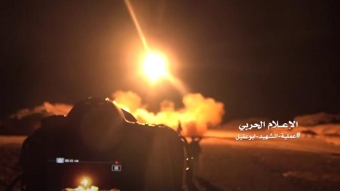 Lực lượng Houthis phóng tên lửa tấn công quân đội Ả rập Xê út. Ảnh minh họa Masdar News