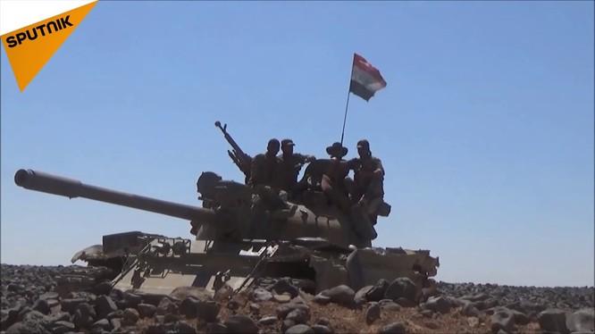 Các đơn vị quân đội Syria tiến công trên hoang mạc Sweida. Ảnh video Sputnik