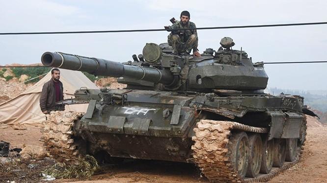 Xe tăng quân đội Syria tiến về chiến trường Hama. Ảnh minh họa Masdar News.