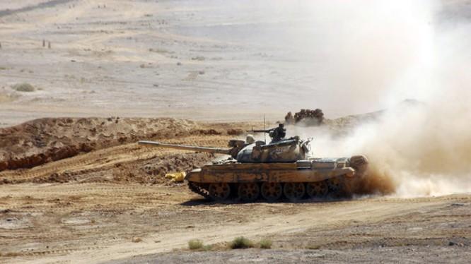 Xe tăng quân đội Syria tiến công trên sa mạc Sweida. Ảnh minh họa video Hezbollah