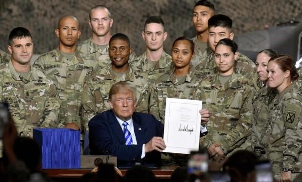 Tổng thống Mỹ Donald Trump ký đạo luật ngân sách quốc phòng cho năm tài chính 2019. Ảnh minh họa Military.Com