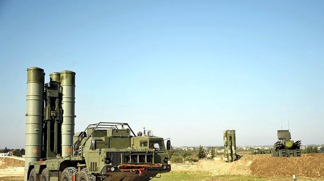Hệ thống tên lửa S-400 trên căn cứ sân bay Hmeymim, Latakia, Syria