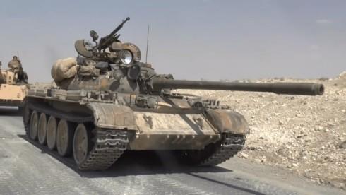 Xe tăng quân đội Syria tấn công trên hoang mạc Sweida. Ảnh minh họa South Front