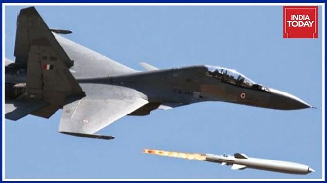 Máy bay tiêm kích Su-30 MKI phóng tên lửa hành trình siêu âm BrahMos. Ảnh minh họa RIA. Novosti