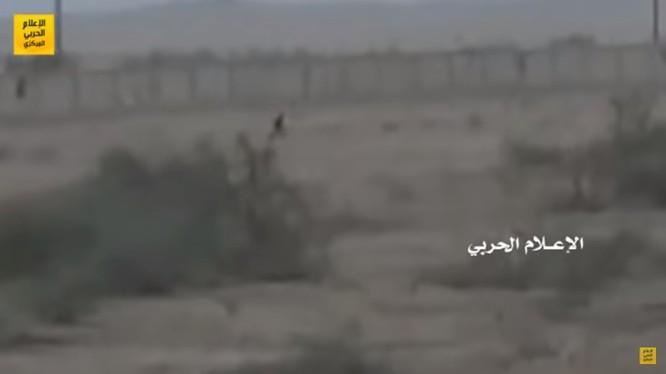 Chiến binh lực lượng Houthi tấn công sang biên giới Ả rập Xê út. Ảnh minh họa video