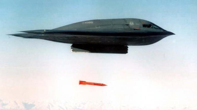 Máy bay ném bom B-2 Spirit thử nghiệm bom hạt nhân B61-12. Ảnh Militarywatchmagazine