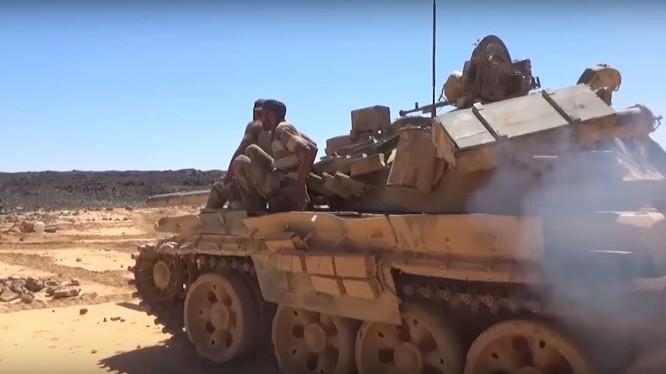 Các đơn vị quân đội Syria tiến công trên chiến trường hoang mạc Al-Safa, Sweida. Ảnh minh họa video.