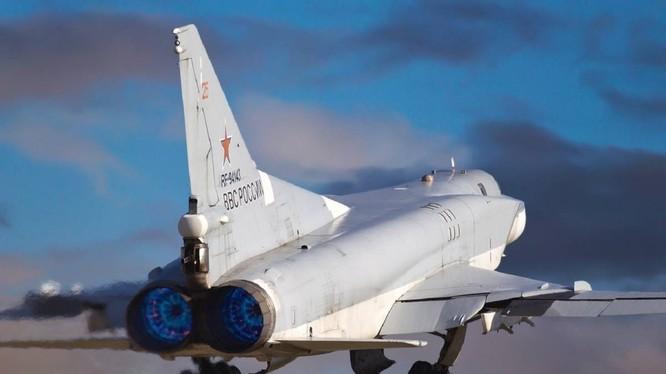 Máy bay ném bom chiến lược tầm xa Tu-22M3 xuất kích. Ảnh TV Zvezda