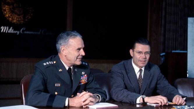 Đại tướng Maxwell Taylor, một trong những tác giả của SIOP cùng Bộ trưởng Quốc phòng Robert McNamara, tháng 07.1964. Ảnh National Security Archive