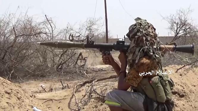 Một chiến binh Houthi chiến đấu trên chiến trường Yemen. Ảnh minh họa video Houthi