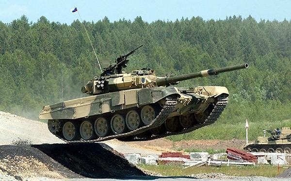 Xe tăng T-90 của quân đội Nga đang diễn tập. Ảnh Rusian Gazeta