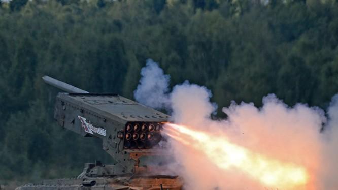 """Pháo phản lực nhiệt áp hạng nặng TOS-1A """"Solntsepek"""" Ảnh minh họa RIA.Novosti"""
