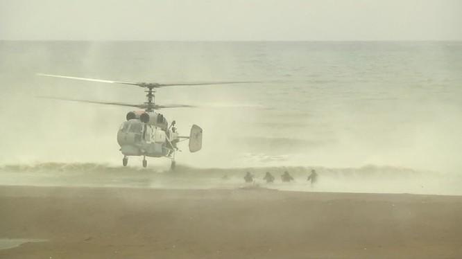 Lực lượng Hải quân đánh bộ Nga đổ bộ đường không - biển ở bờ biển Latakia, Syria. Ảnh minh họa video Ruptly.
