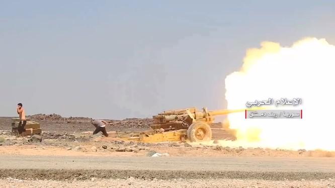 Pháo binh quân đội Syria tập kích hỏa lực trên chiến trường hoang mạc Sweida. Ảnh minh họa video