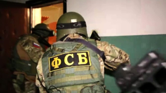 Lực lượng an ninh FSB khám xét căn hộ, nơi phần từ Hồi giáo cực đoan Magomedov thuộc tổ chức IS cư trú. Ảnh minh họa TASS.