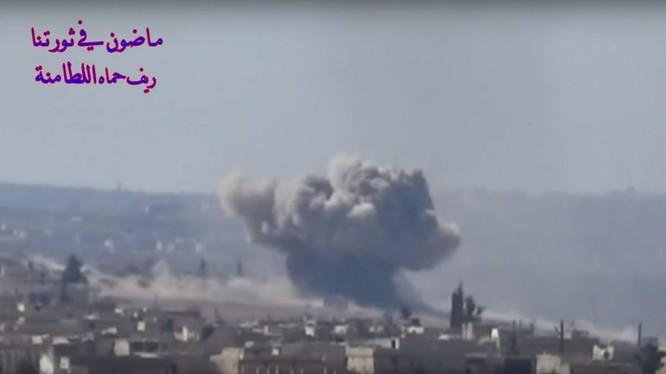 Không quân Syria, phối hợp với pháo binh, tên lửa mặt đất đánh phá ác liệt chiến tuyến của lực lượng Hồi giáo cực đoan thánh chiến. Ảnh minh họa video đối lập Syria.
