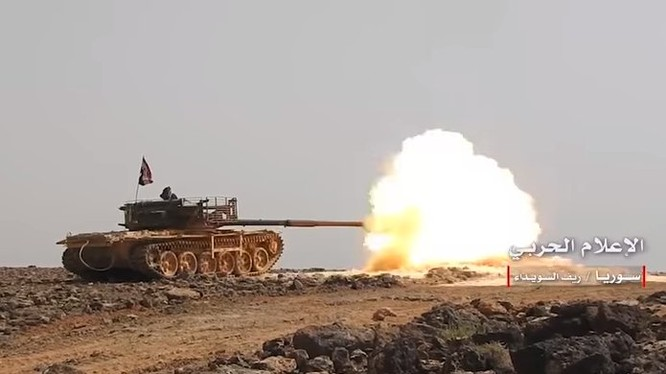 Xe tăng quân đội Syria bắn phá trên chiến trường Al-Safa. Ảnh minh họa Al-Masdar News