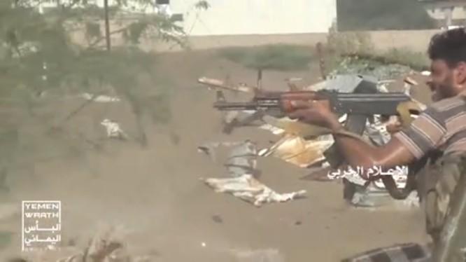 Chiến binh Houthi chiến đấu đánh trả liên minh quân sự Ả rập ở Yemen. ảnh video truyền thông Houthi