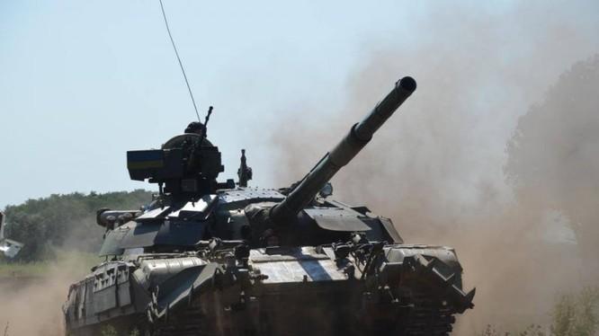 Xe tăng Ukraina trên chiến trường vùng giáp ranh Donesk. Ảnh minh họa Voice Sevastopol.
