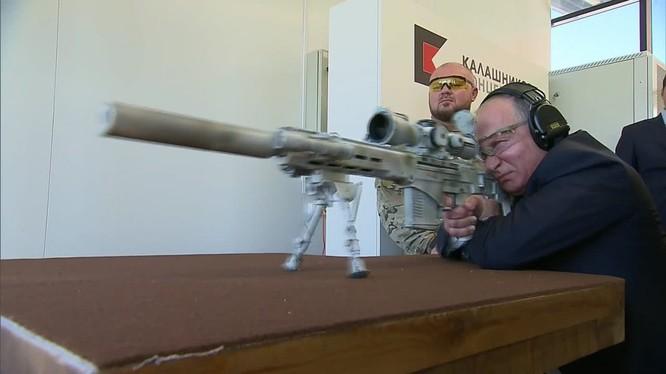 Tổng thống Nga Vladimir Putin thử nghiệm súng trường bắn tỉa SVCh - 308
