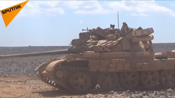 Xe tăng quân đội Syria trên chiến trường Al-Safa. Ảnh minh họa video Sputnik