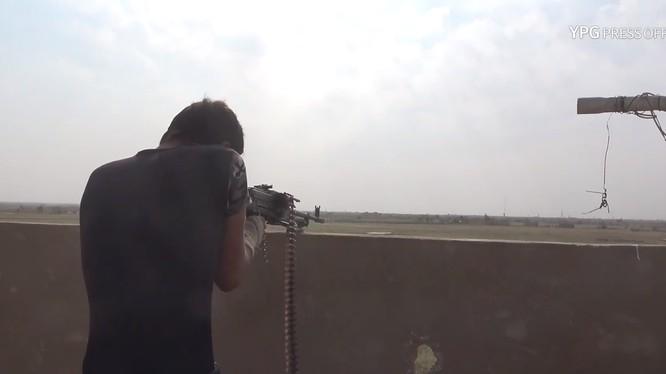 Các chiến binh SDF tiến công trên chiến trường thung lũng Euphrates, Deir Ezzor. Ảnh minh họa video YPG Press Office