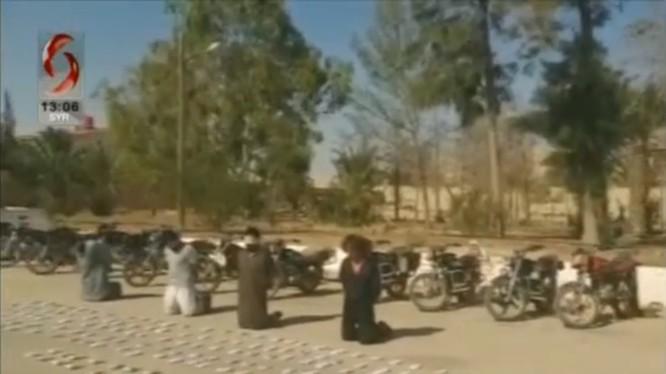 Các phần tử khủng bố IS bị bắt sống trên sa mạc tỉnh Homs, ảnh minh họa video Syria Alikhbaria
