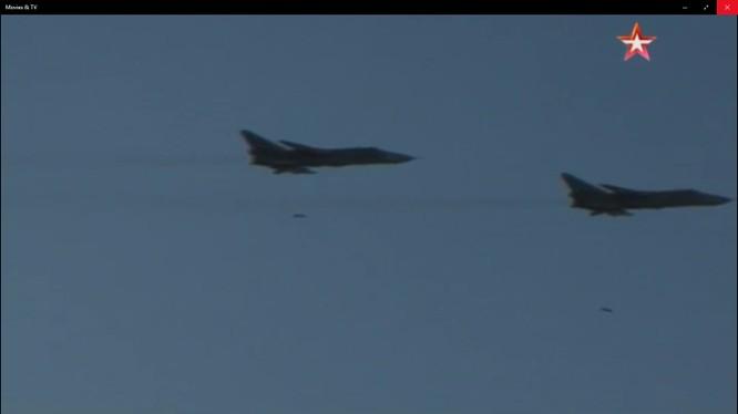 Không quân hải quân Nga dội bom tiêu diệt mục tiêu. Ảnh video TVZvezda