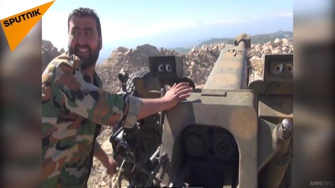 Quân đội Syria pháo kích trên chiến trường Latakia. Ảnh minh họa video Sputnik