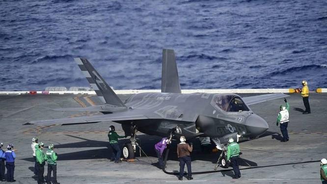Máy bay tiêm kích tàng hình thế hệ 5 F35 trên tàu sân bay. Ảnh Topwar