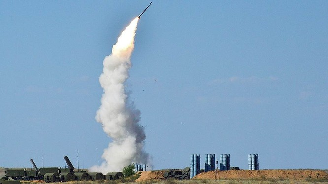 Tổ hợp tên lửa phòng không S-300 trên chiến trường sa mạc. Ảnh minh họa Shouth Front