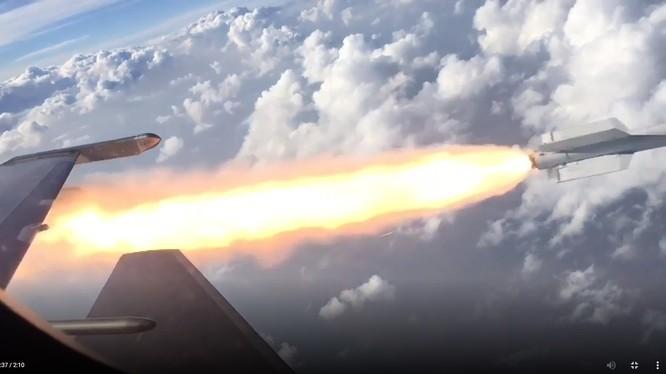 Máy bay chiến đấu Nga phóng tên lửa tiêu diệt mục tiêu trên biển Den. Video Russian Gazeta