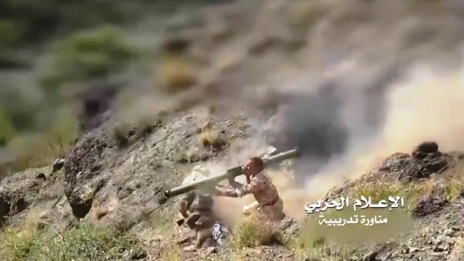 Chiến binh Houthi chiến đấu trên chiến trường Yemen. Ảnh minh họa truyền hình TV al-Masirah.