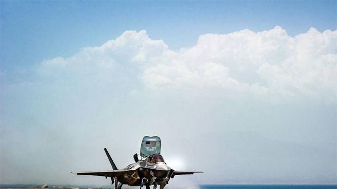Máy bay F-35B Mỹ cất cánh trên tàu sân bay đổ bộ trực thăng USS Essex (LHD 2). Ảnh minh họa video Hải quân Mỹ
