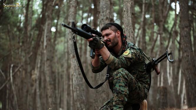 Một chiến binh người Kurd YPG bắn tỉa ở Afrin. Ảnh minh họa Masdar News.