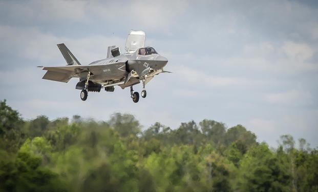 Máy bay tiêm kích tàng hình thế hệ 5 F-35B hạ cánh ở sân bay Beaufort, Nam Carolina. Ảnh Military.Com