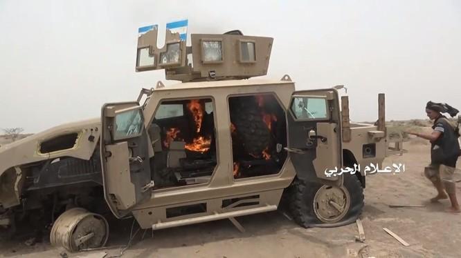Chiến binh Houthi hủy diệt một xe cơ giới bọc thép của liên minh quân sự do Ả rập Xê út dẫn đầu. Ảnh minh họa Đài quan sát Yemen