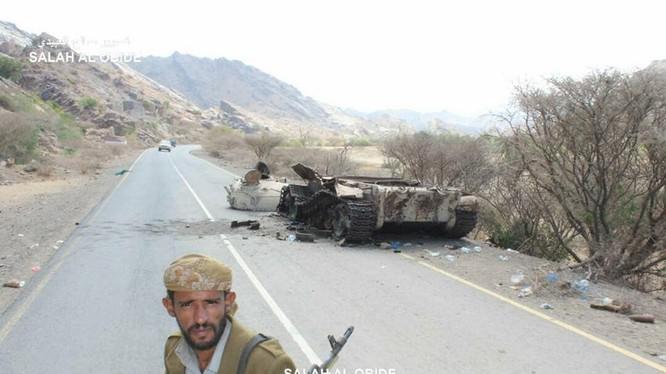Chiến binh Houthi phá hủy một xe tăng T-55 của nhóm vũ trang trung thành với ông Hadi được Ả rập Xê út hậu thuẫn. Ảnh Yemen Observer