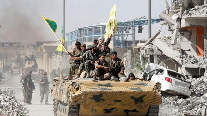 Lực lượng SDF tiến vào một khu dân cư ở Deir Ezzor. Ảnh minh họa South Front