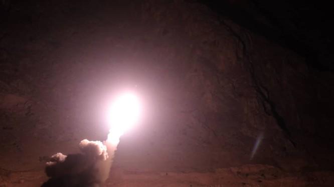 Vệ binh Cách mạng Hồi giáo Iran phóng tên lửa đạn đạo tấn công IS ở Deir Ezzor. Ảnh minh họa Masdar News