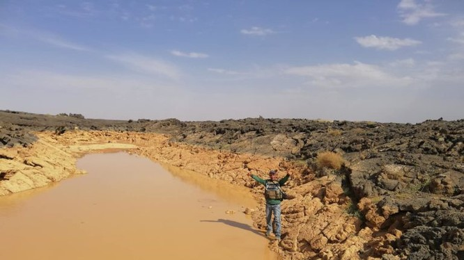 Binh sĩ Syria trong khu vực hồ nước trên hoang mạc Al-Safa, Sweida