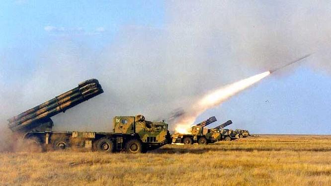 Các tổ hợp pháo phản lực Smerch phóng rocket. Ảnh minh họa TASS
