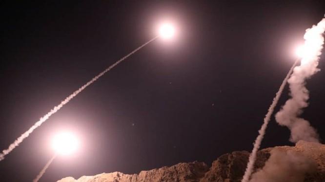 Lực lượng IRGC tấn công tên lửa đạn đạo vào căn cứ địa của IS ở Deir Ezzor. Ảnh minh họa video Ruptly