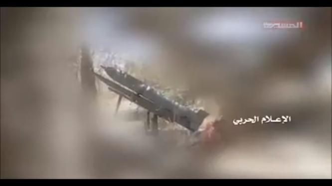 Lực lượng Houthi phóng tên lửa Zilzal-1 tấn công Liên minh quân sự Ả rập Xê út. Ảnh minh họa video al-Masirah TV